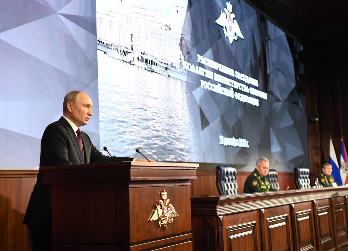 Vladimir Putin Venäjän puolustusministeriössä.