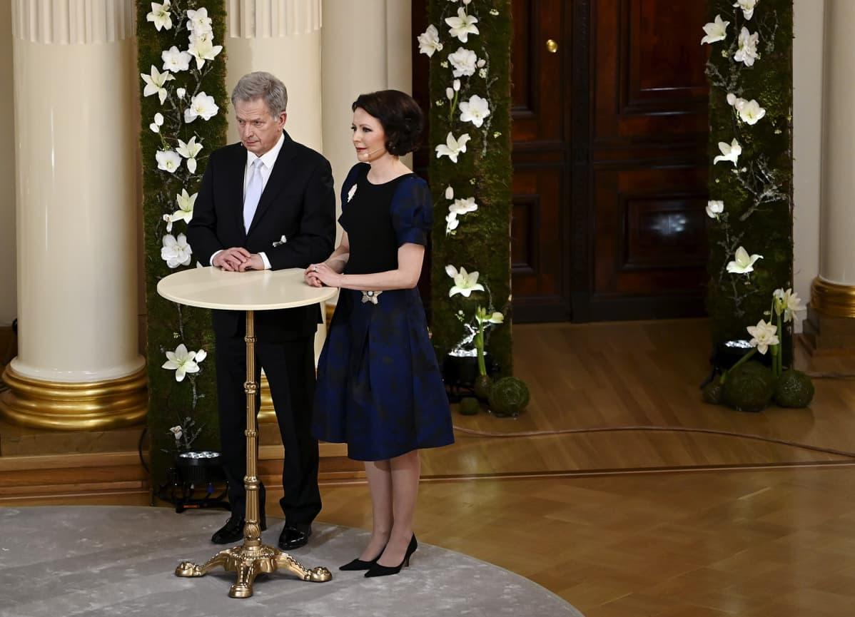 Presidentti Sauli Niinistö ja rouva Jenni Haukio vastaamassa kansalaisten kysymyksiin itsenäisyyspäivän ohjelmassa Presidentinlinnassa Helsingissä 6. joulukuuta 2020.