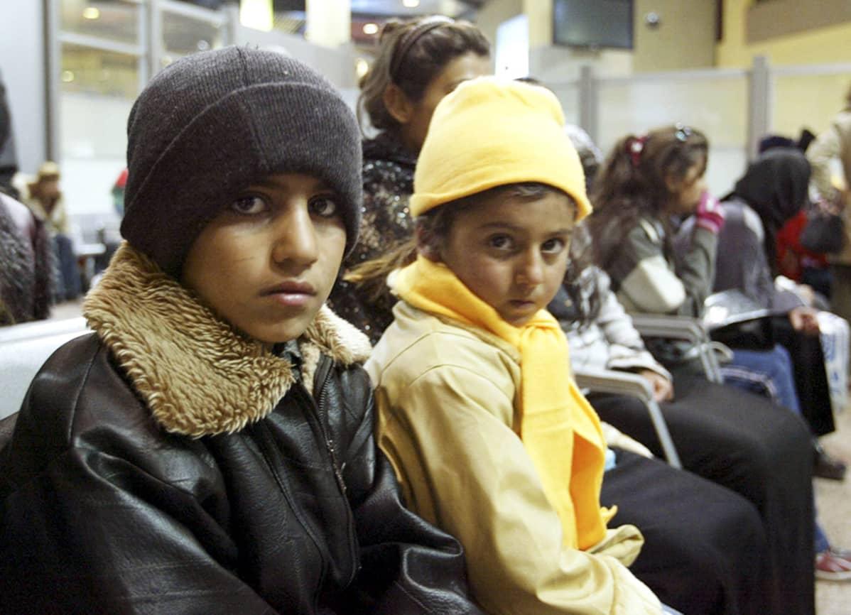 Ruotsiin matkalla olleita kurdipakolaisia valokuvattuna Ammanin lentokentällä Iranissa vuonna 2004.