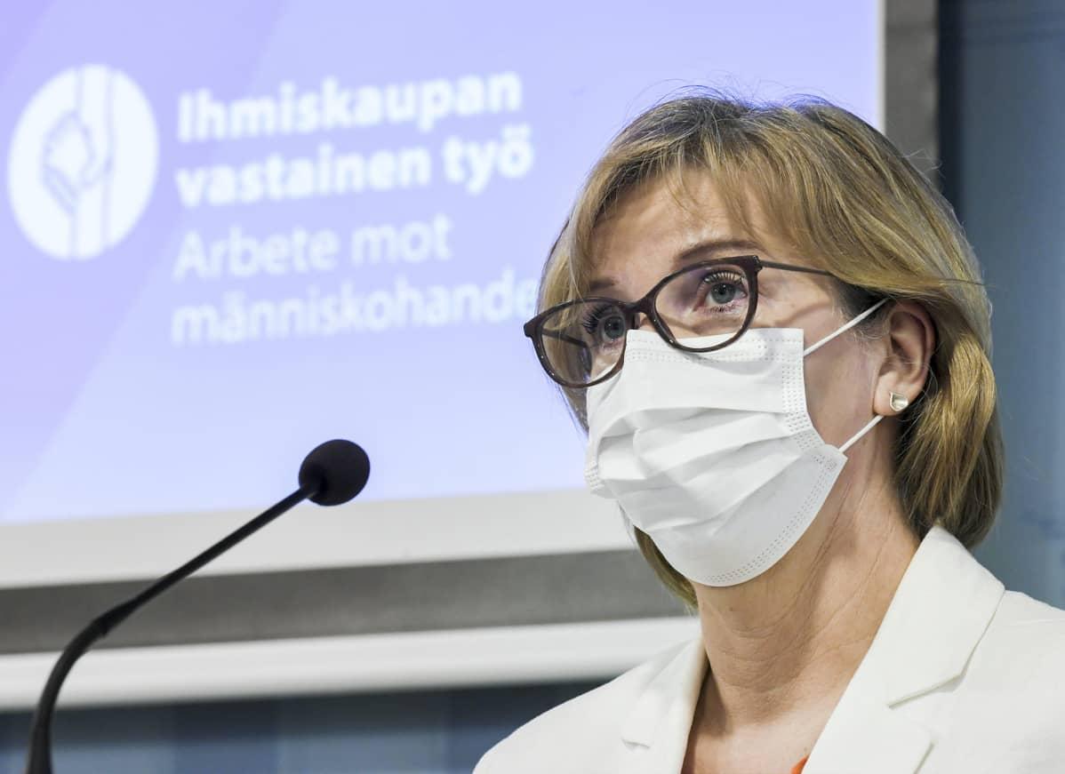 Oikeusministeri Anna-Maja Henriksson ihmiskaupan vastaista toimintaohjelmaa koskevasssa tiedotustilaisuudessa Helsingissä.