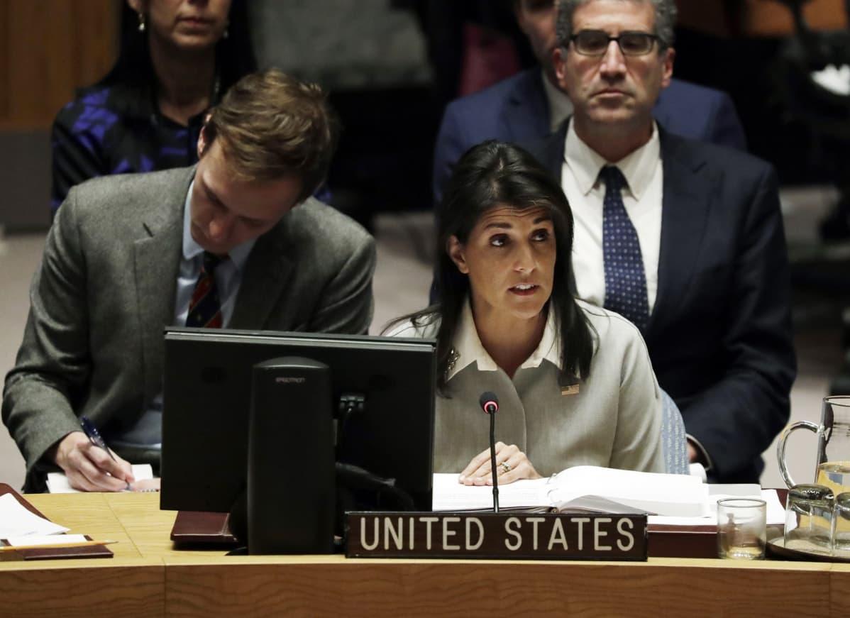 Yhdysvaltain YK:n suurlähettiläs Nikki Haleyistuu YK:n turvallisuusneuvoston kokouksessa.