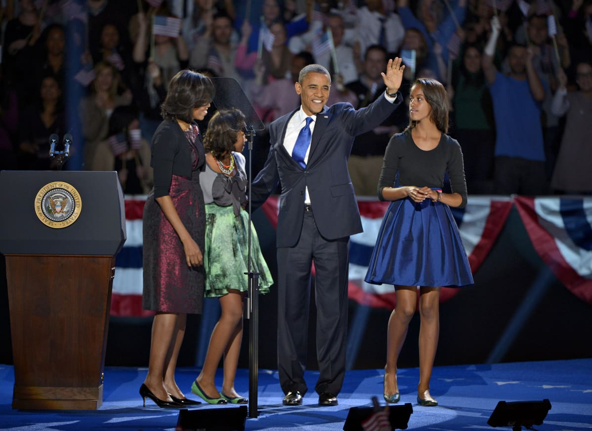 Barack Obama perheineen demokraattien vaalivalvojaisten lavalla.