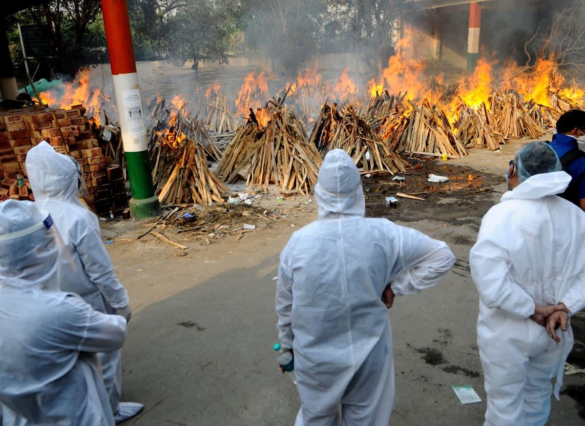 Koronavirukseen menehtyneiden ihmisten ruumiita poltettiin Intian pääkaupungissa Delhissä 28. huhtikuuta 2021.