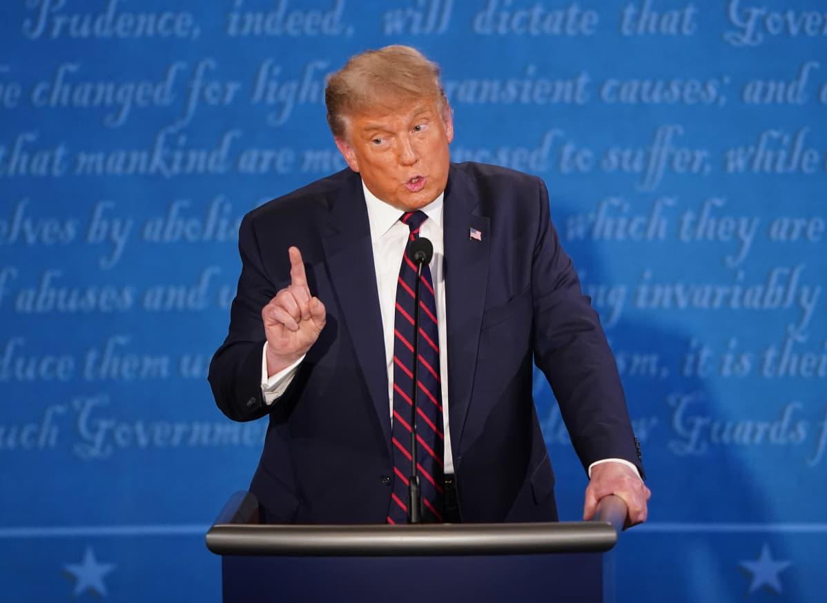 Presidentti Trump puhuu sormi pystyssä vaaliväittelyssä.