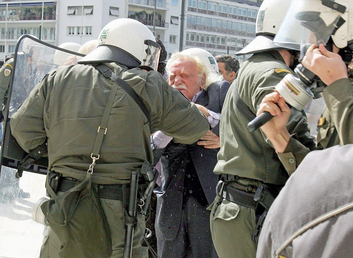 88-vuotias Manólis Glézos ottaa yhteen mellakkapoliisien kanssa.