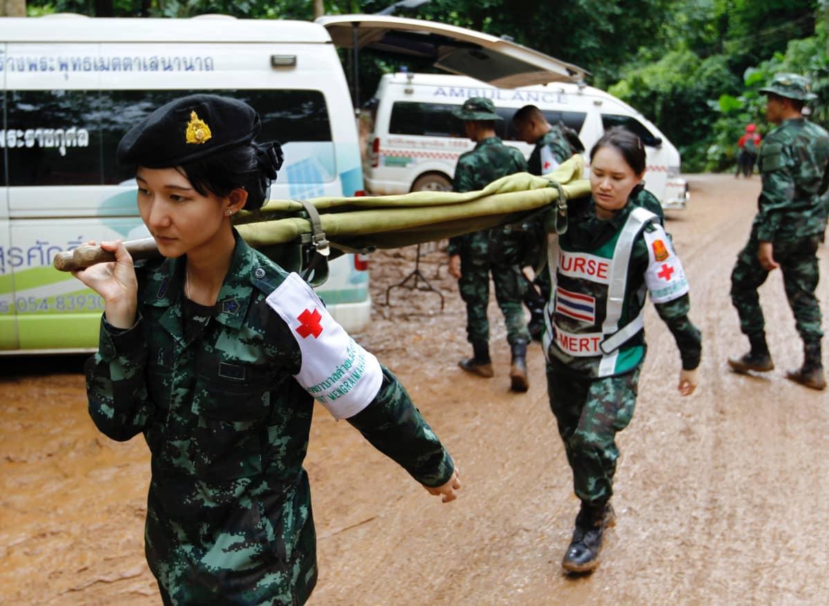 Pelastajia Tham Luangin luolalla