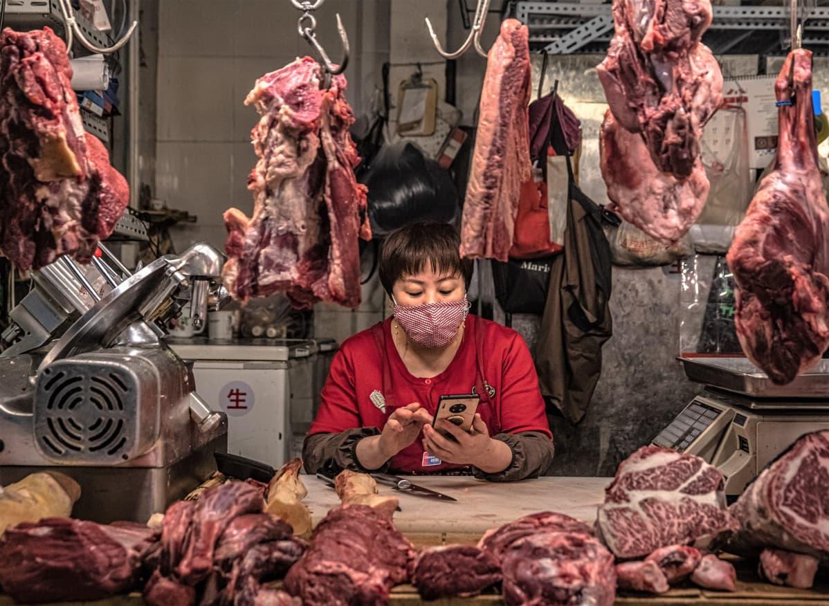 Lihakauppias odotti asiakkaita torilla Pekingissä maaliskuun alussa.