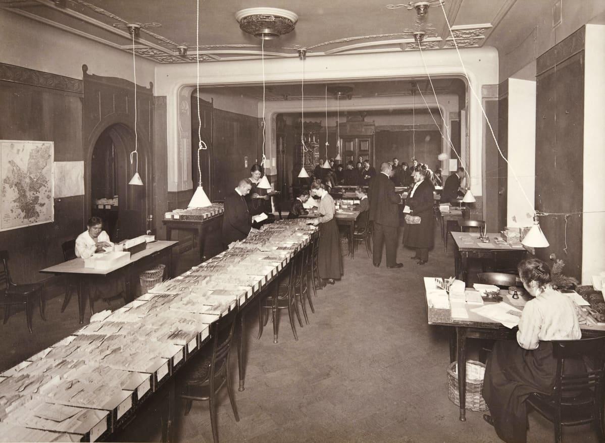 Ensimmäisen maailmansodan aikainen säännöstelykorttikanslia Vanhalla Seurahuoneella Helsingissä marraskuussa 1917.