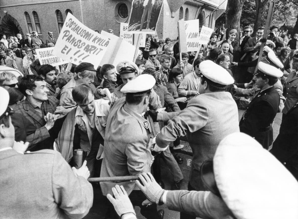 mielenosoittajat nujakoivat poliisien kanssa