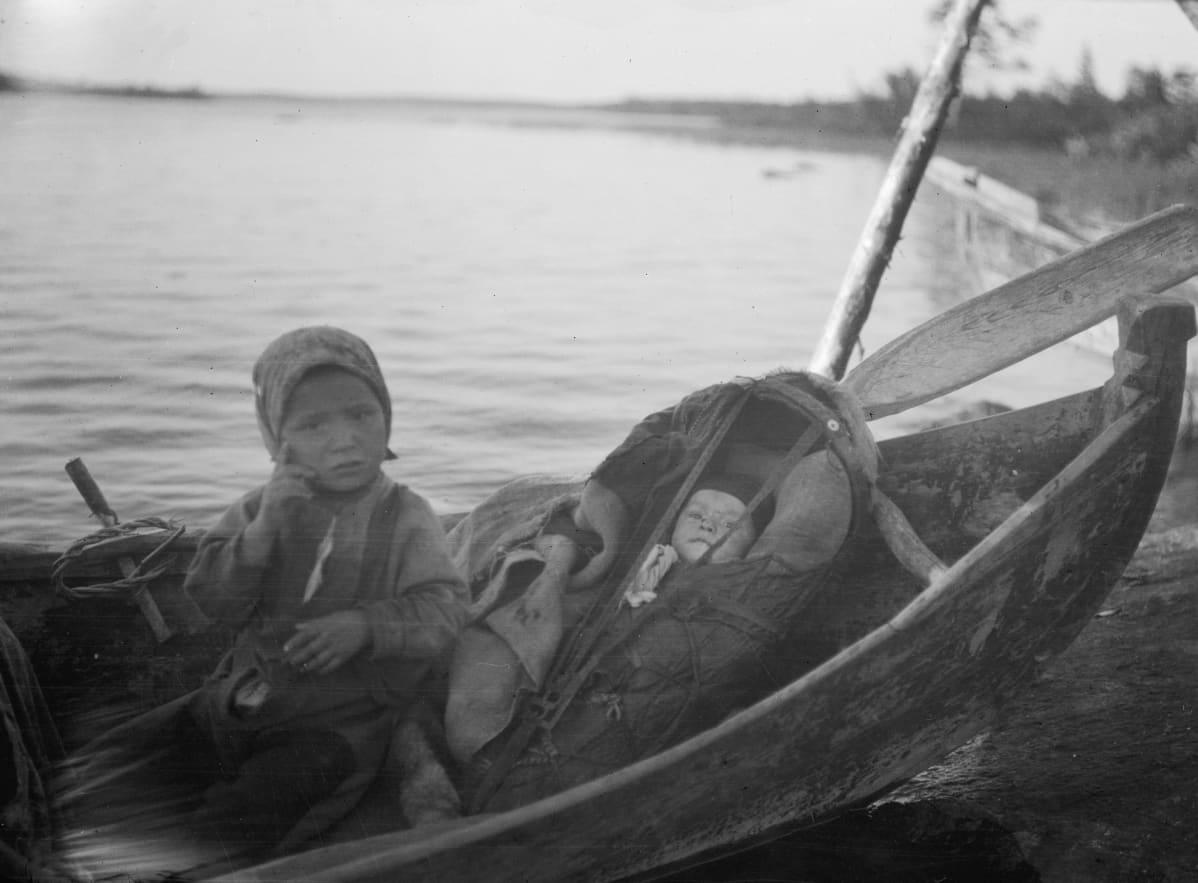 Kaksi kolttalasta veneessä Petsamossa 1920-luvulla.