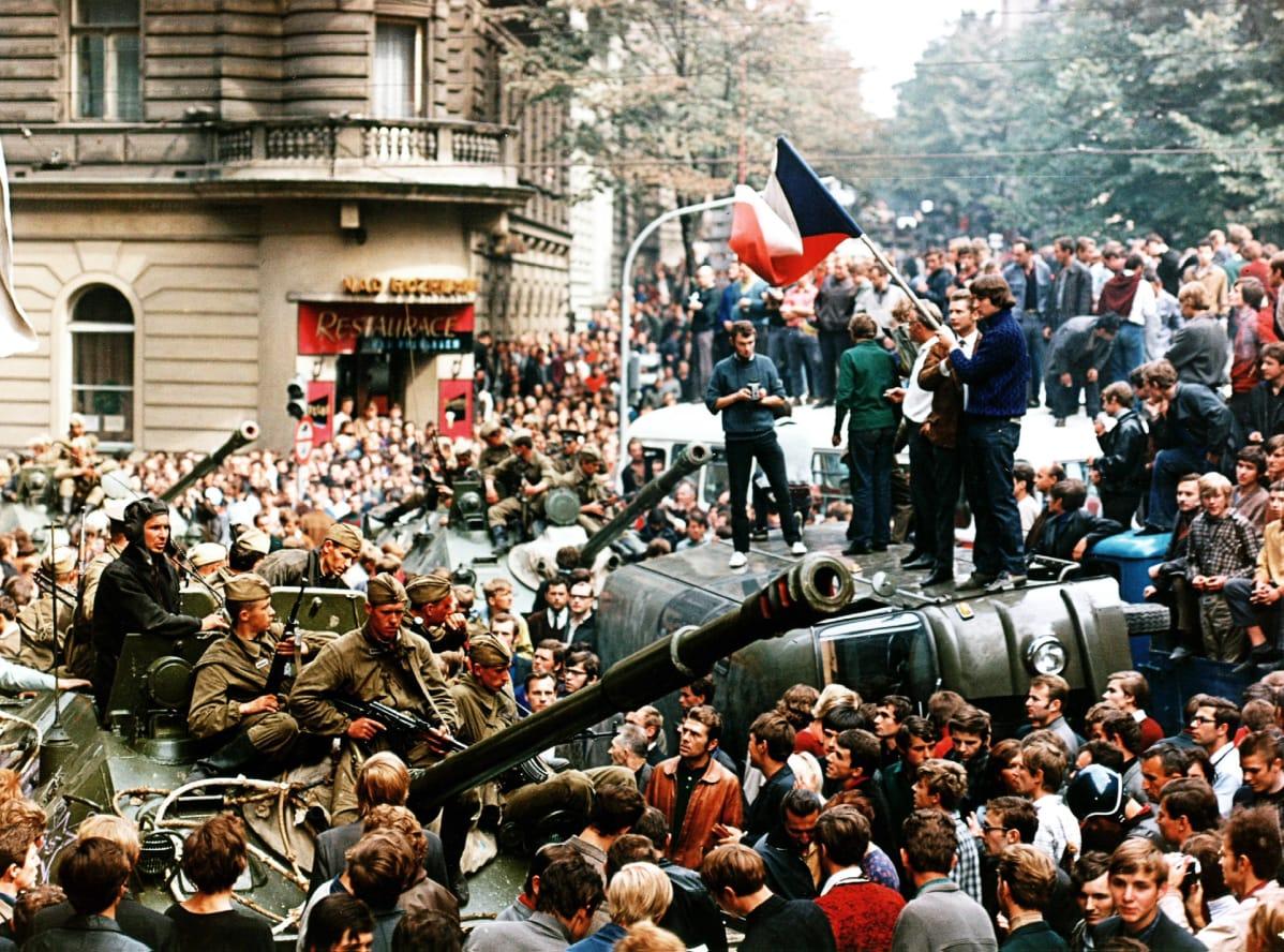 Mielenosoittajat sulkevat neuvostosotilaiden pääsyn Tsekkoslovakian radion toimitiloihin.