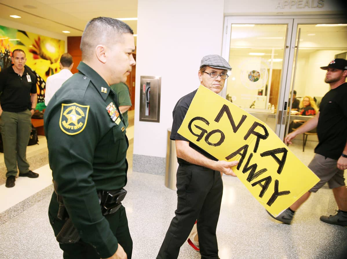 NRA:n vastainen mielenosoitus Browardin oikeustalolla Floridassa.