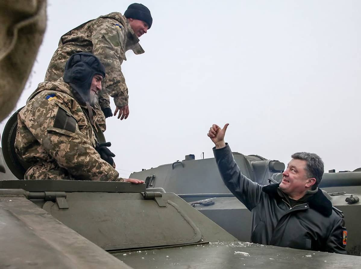 Ukrainan presidentti Petro Porošenko vieraili sotilatukikohdassa.