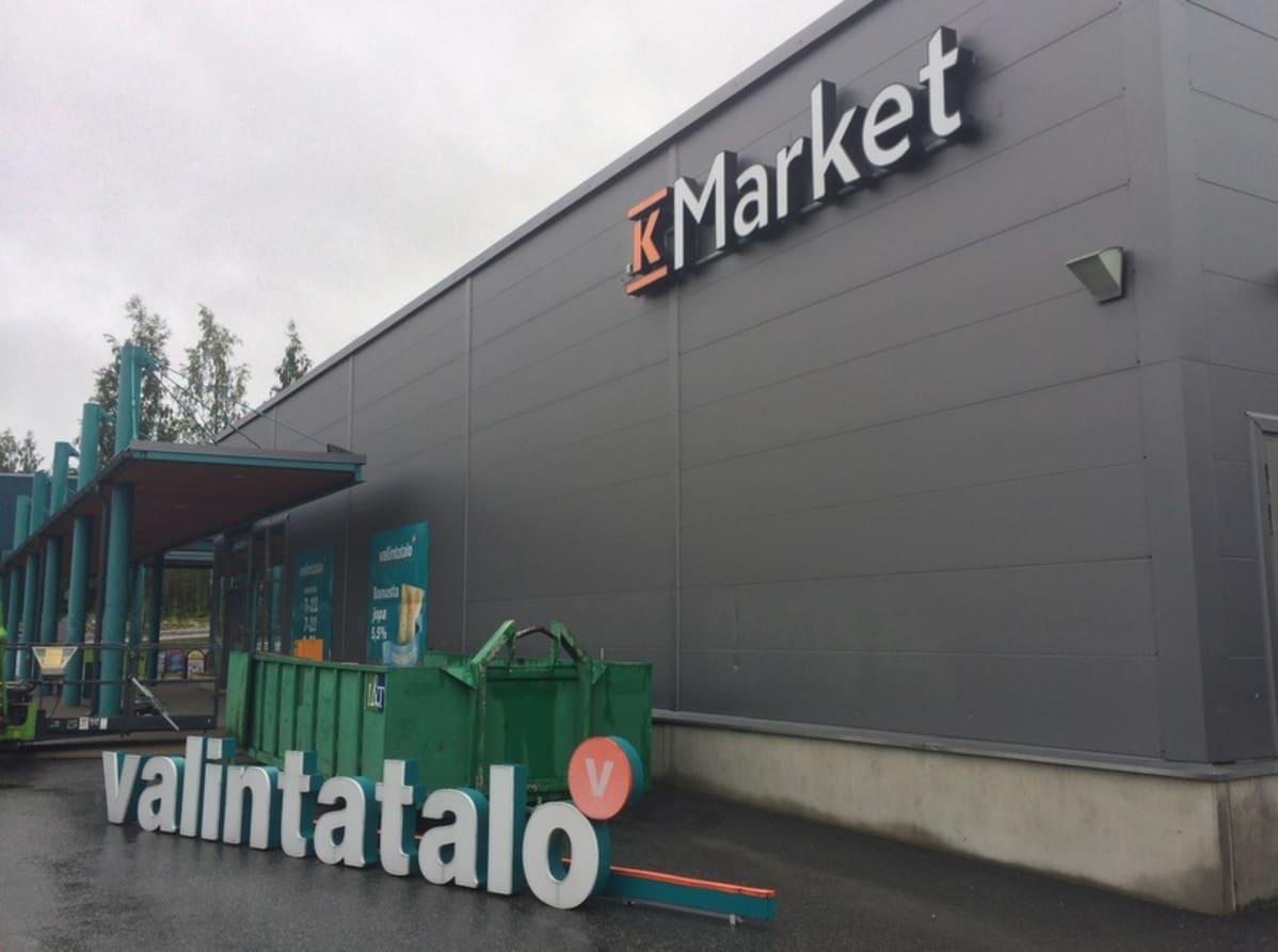 K-Marketiksi muuttuva Valintatalo Kuopion Saaristokaupungissa.