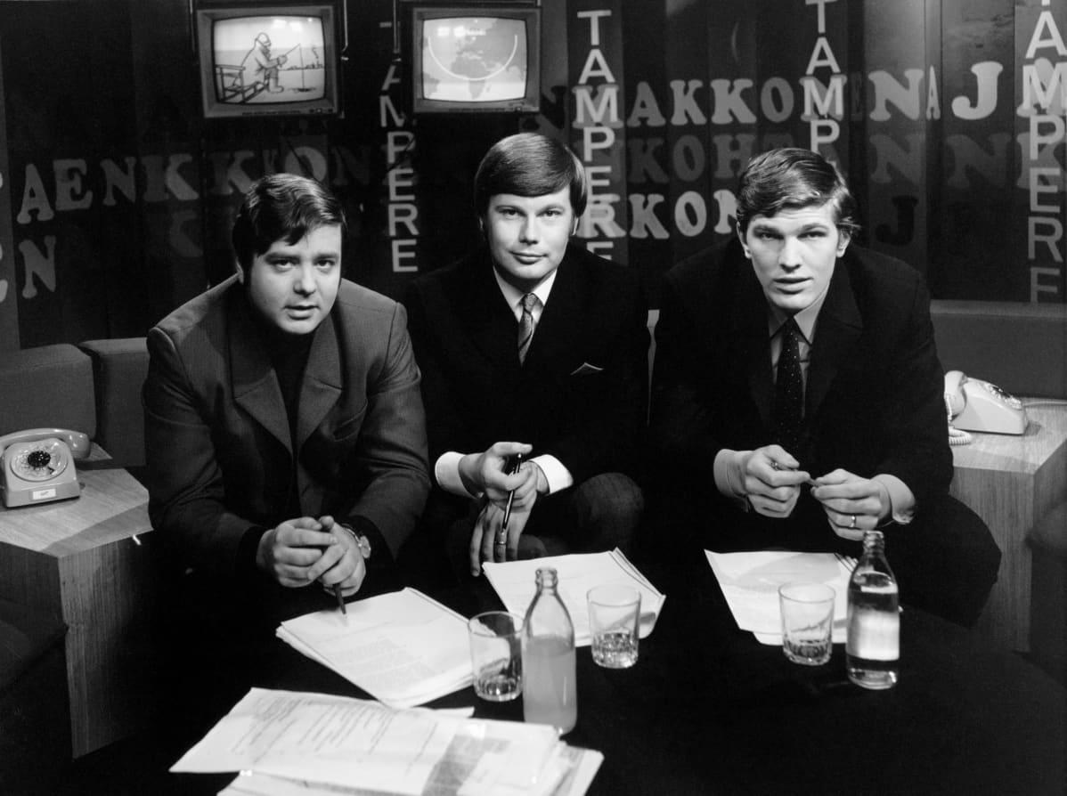 Toimitussihteeri Risto Heikkilästä (vasemmalla) tuli TV2:n ohjelmapäällikkö, toimittaja Matti Karhusta (keskellä) tiedotuspäällikkö  ja toimittaja Esko-Juhani Tennilästä kansanedustaja.