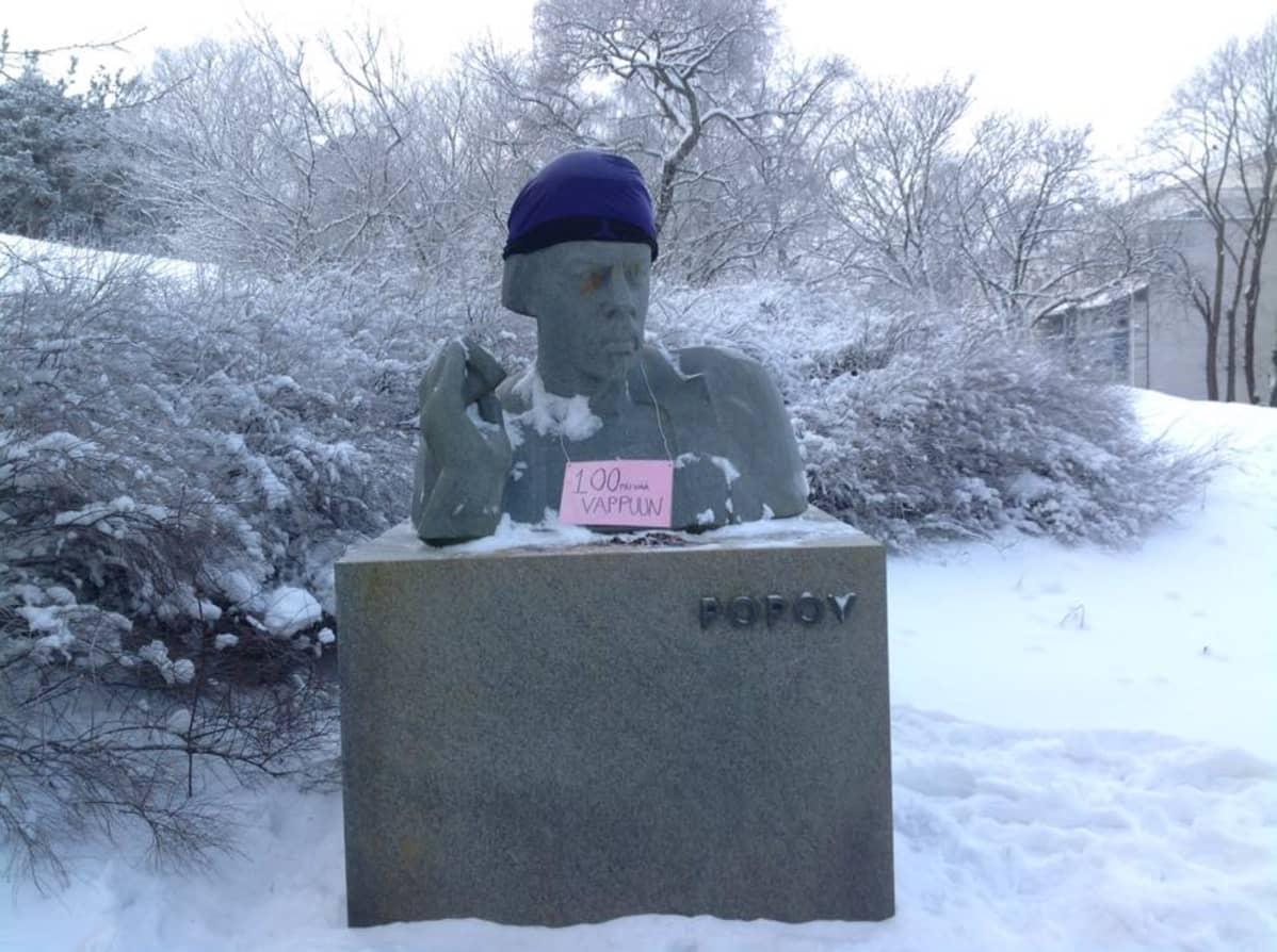 fyysikko Aleksandr Popovin patsaalla on pipo päässä
