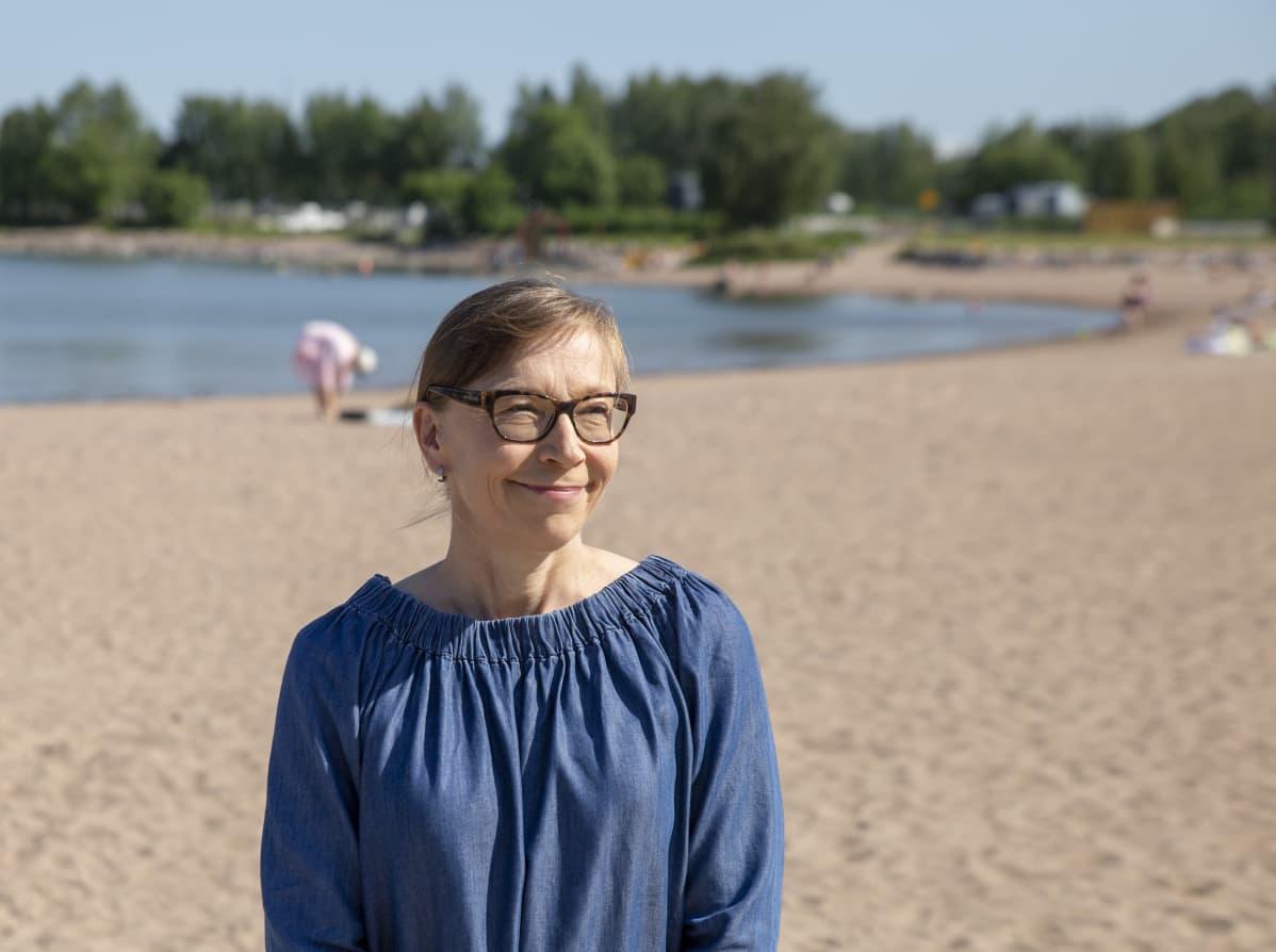 Johtamisen ja itsensä johtamisen valmentaja ja tutkija Isa Merikallio haastateltavana Helsingin hietaniemen uimarannalla.