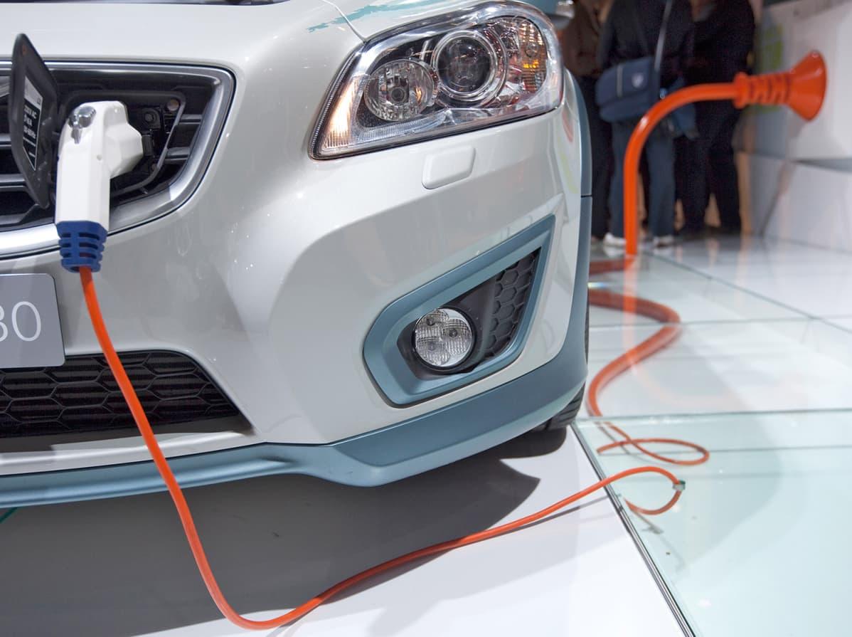 Sähköauton latauspistoke.