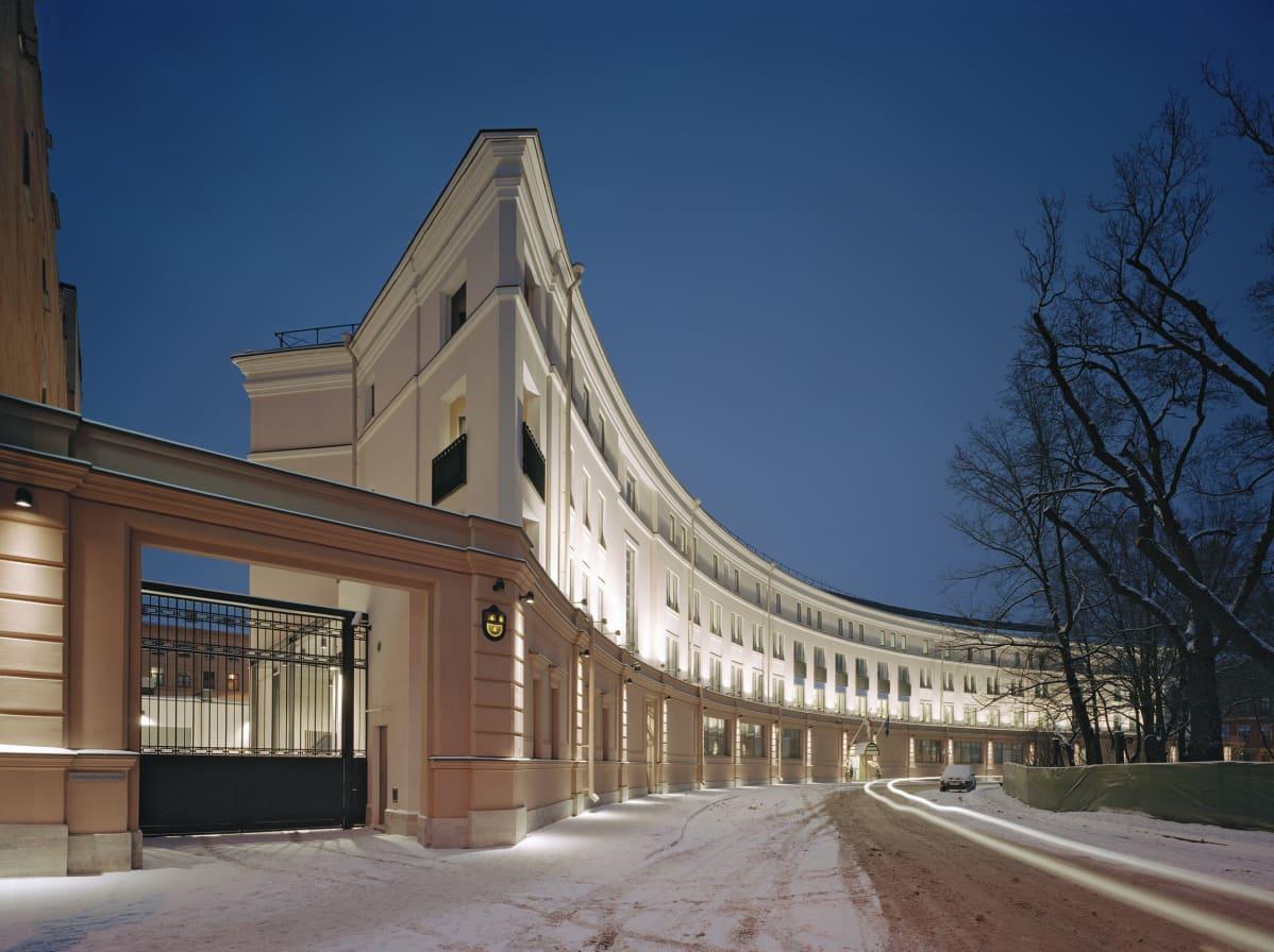 Jukka Siren on suunnitellut Suomen konsulaatin Pietarissa. Vuona 2005 valmistuneen uudisrakennuksen piti sopia Pietarin historialliseen keskustaan.