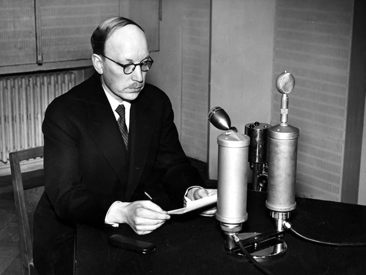 Presidentti Risto Ryti radion studiossa 1.1.1940