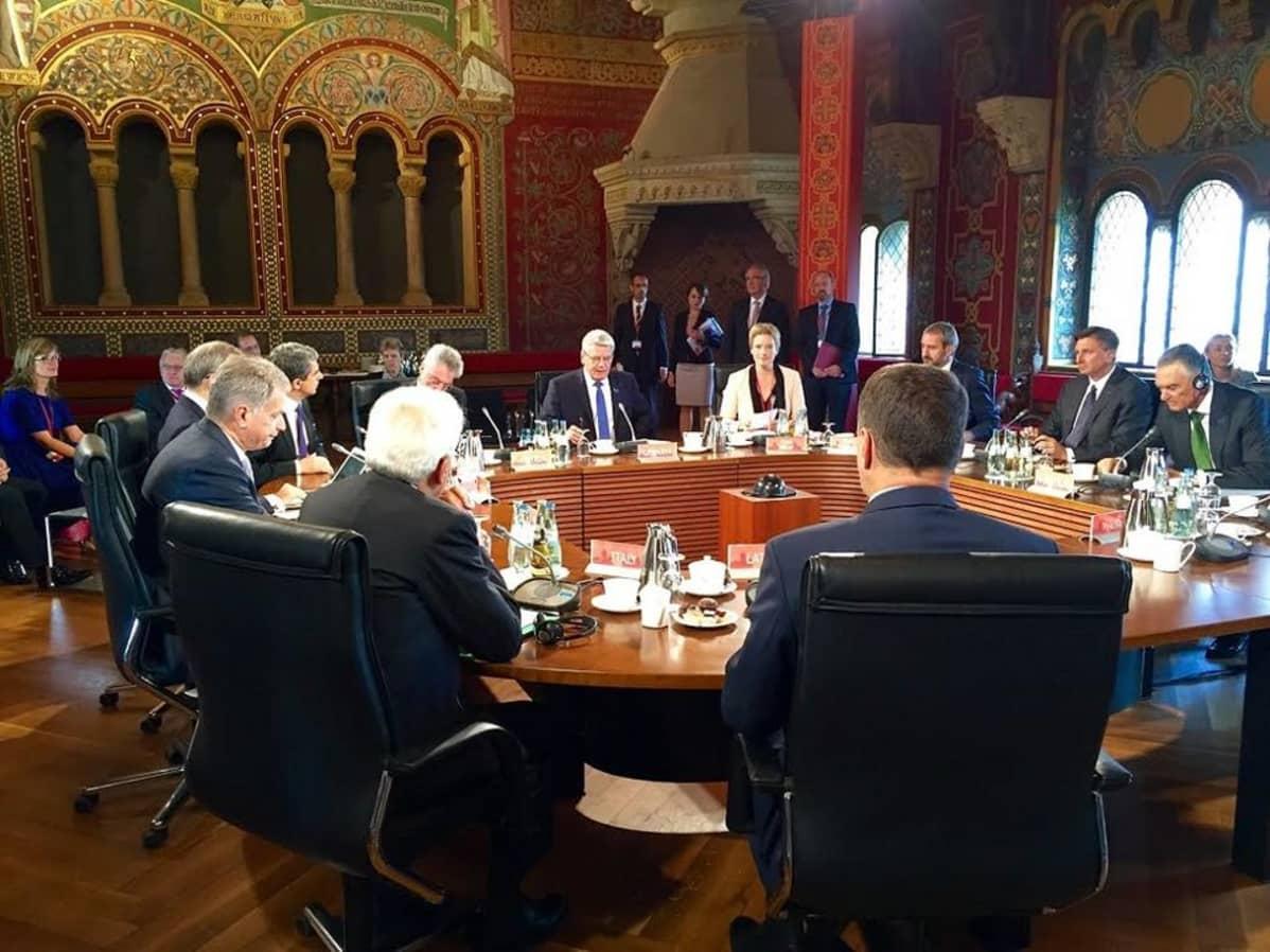 Presidentti Sauli Niinistö keskustelemassa kymmenen muun eurooppalaisen presidentin kanssa Wartburgin linnassa.