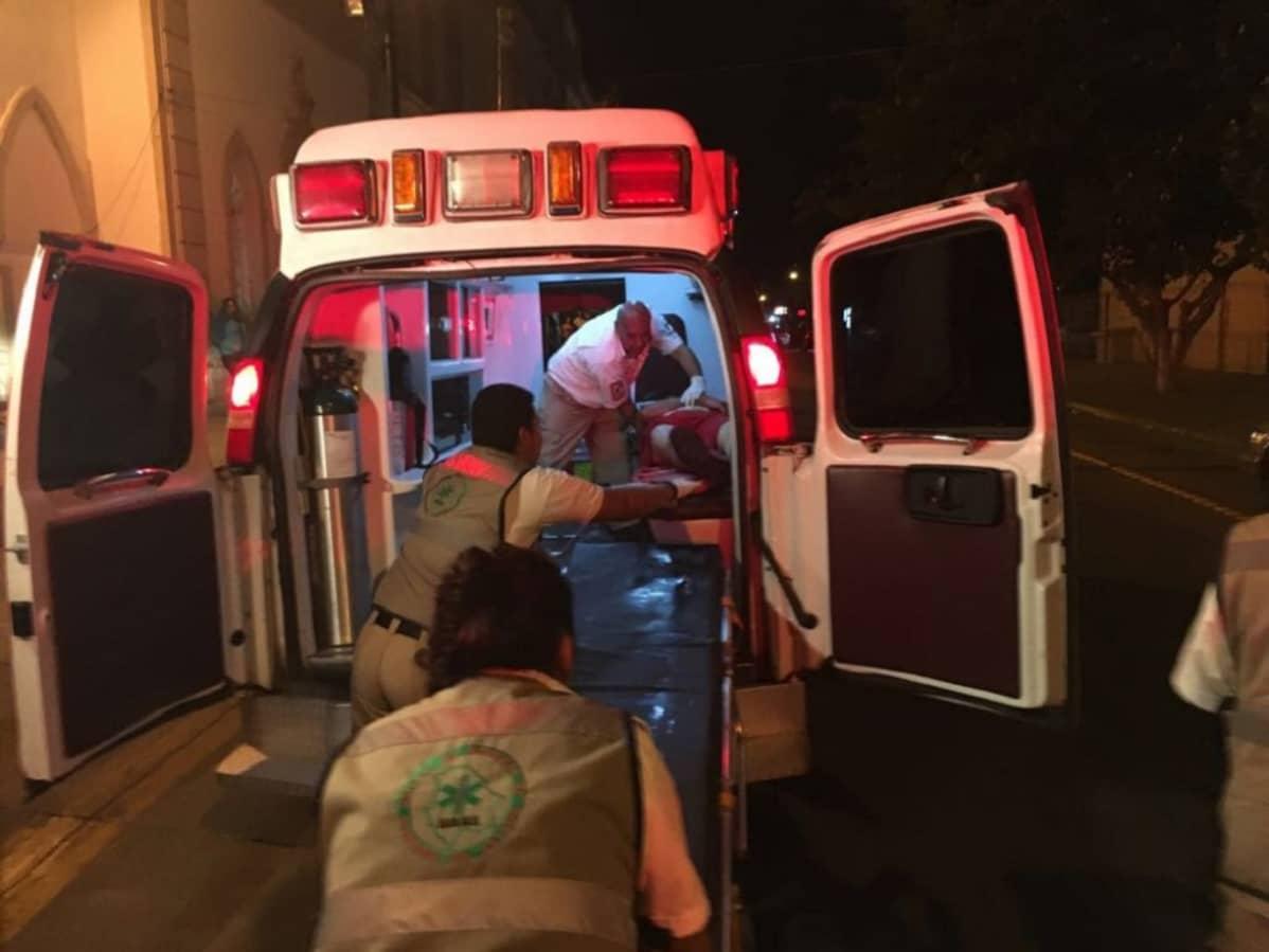 Loukkaantunutta henkilöä nostetaan ambulanssin kyytiin Meksikossa Chihuahuan kaupungissa.