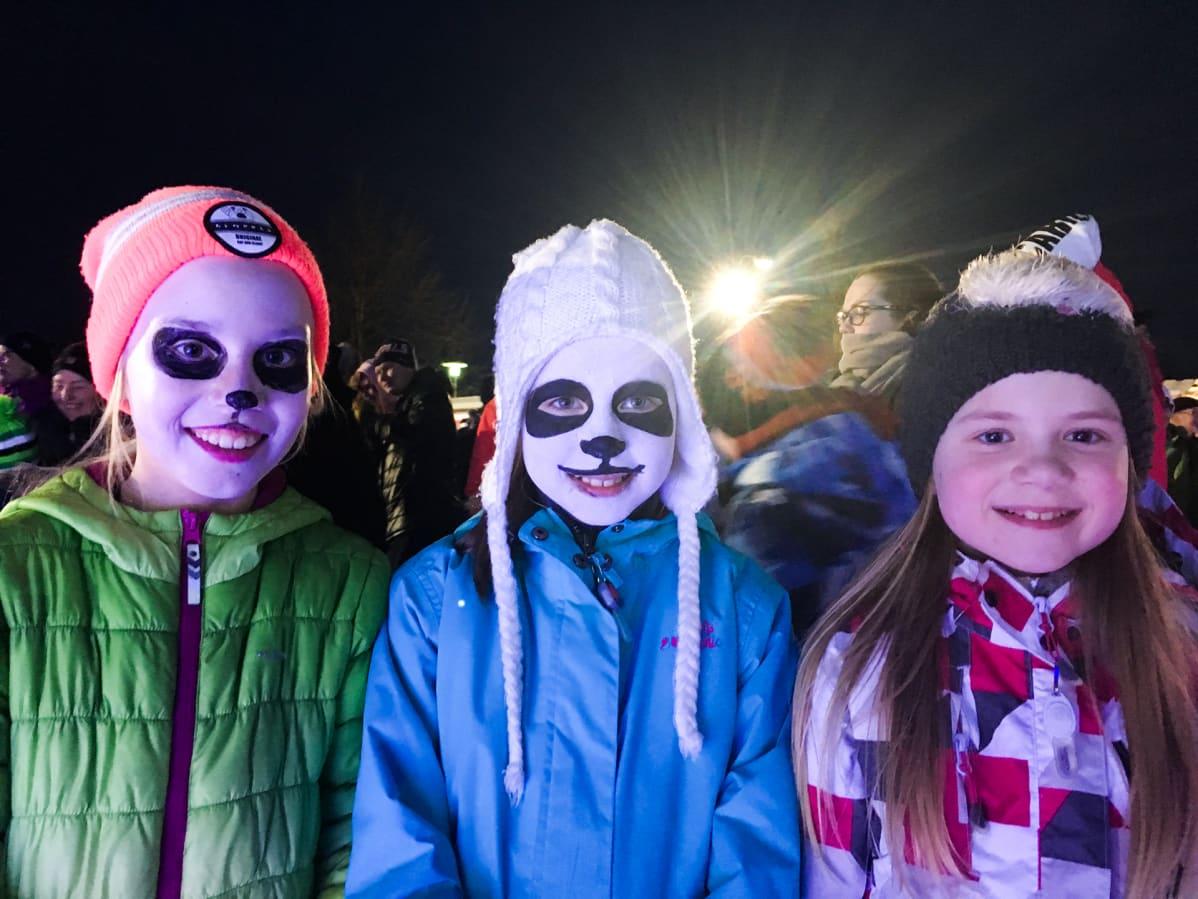 Pandankorvaisia ja -kasvoisia odottajia oli toivottamassa pandat tervetulleeksi.