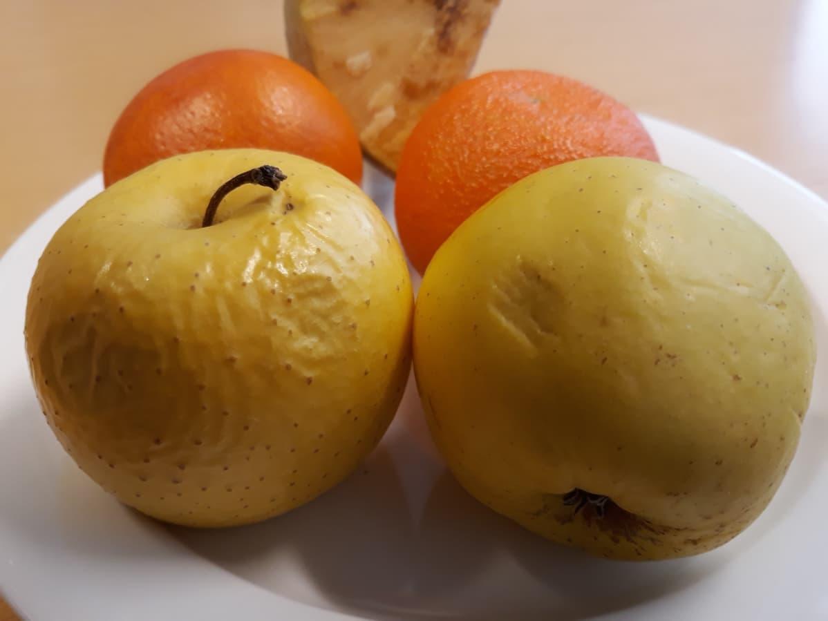 Kuvassa ylikypsiä hedelmiä ja lanttu