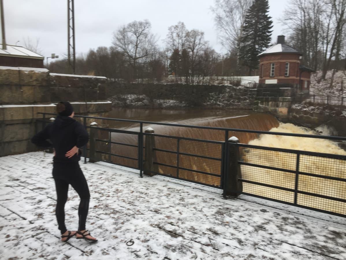 Maarit Laihonen lenkkeilee niukissa  jalkineissa  Vanhankaupunginkoskella.