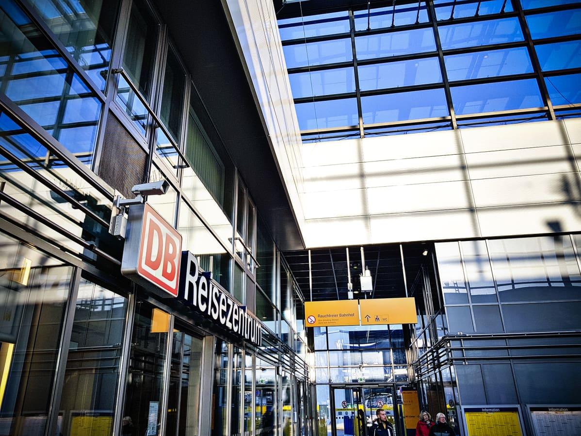 Valvontakamera on asennettu Saksan raideyhtiön Deutsche Bahnin asiakaspalvelun oven yläpuolelle.