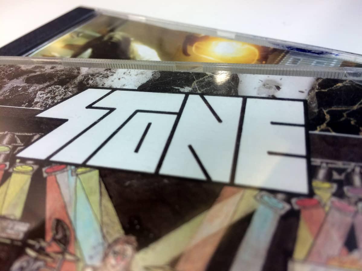 Stonen levynkansia koristava bändin logo on Janne Joutsenniemen piirtämä.