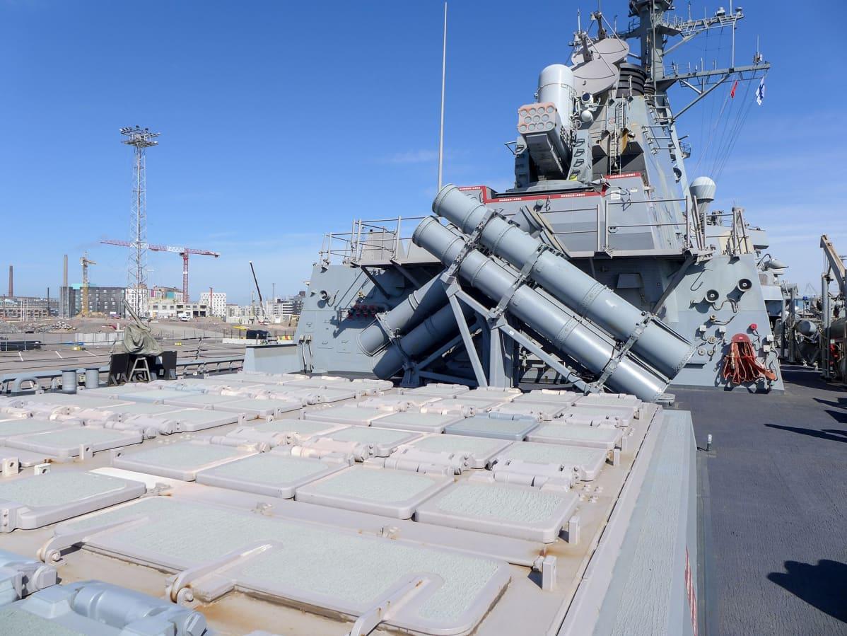 sota-aluksen kansi