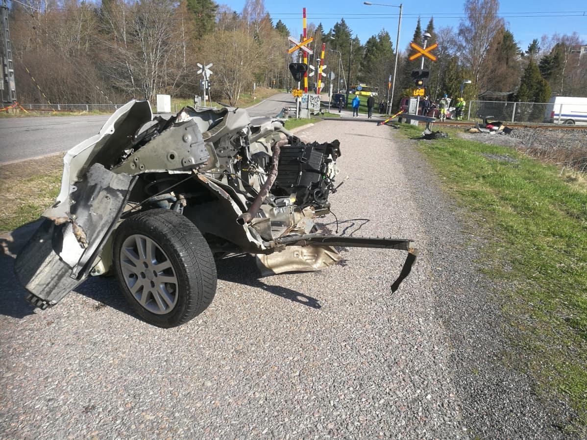 Tasoristeysonnettomuudessa tuhoutunut henkilöauto.