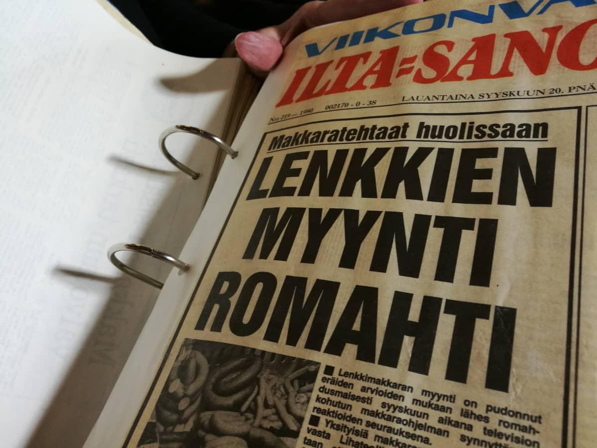 Leena Jakkula näyttää Ilta-Sanomien juttua lenkkimakkarasta.
