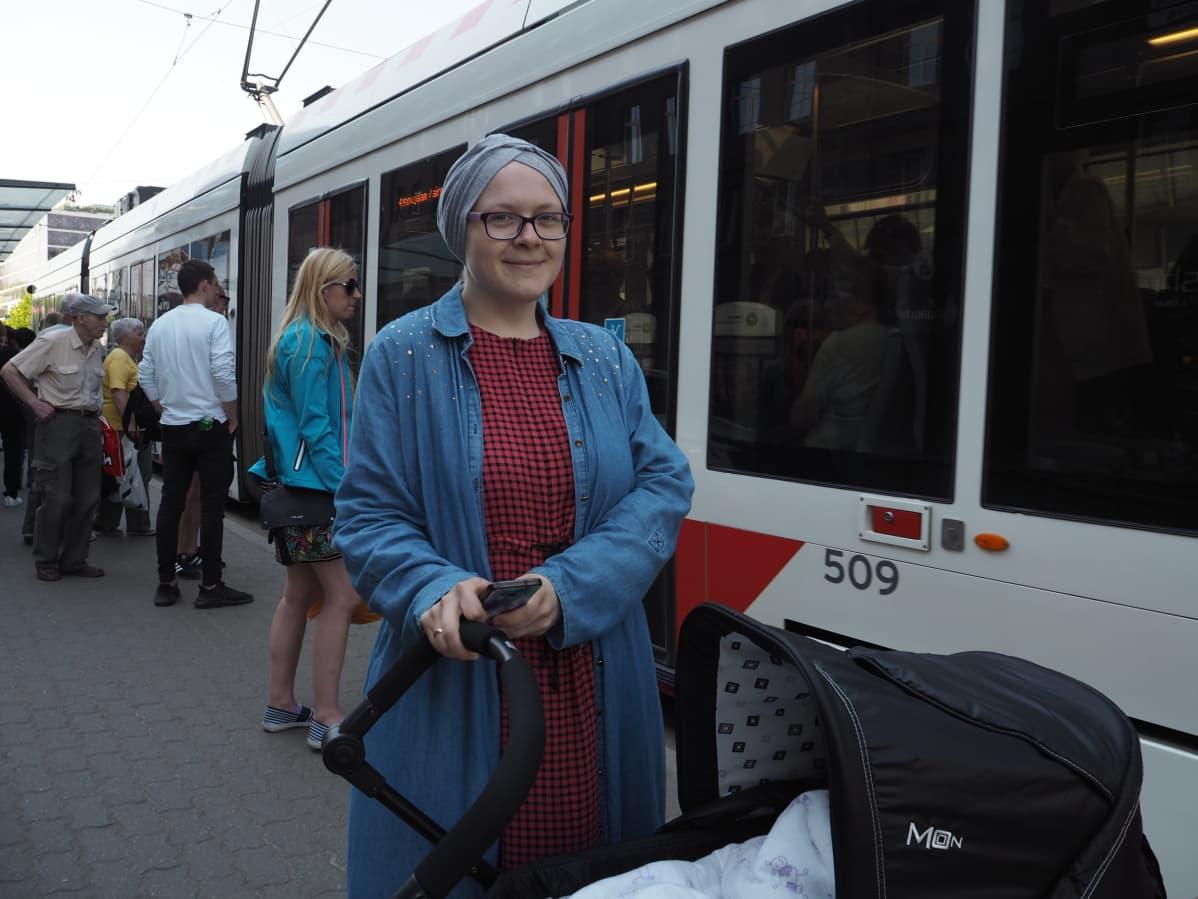 Jos joukkoliikenne olisi maksullista, Maria Ikbal viettäisi enemmän aikaa kotona.