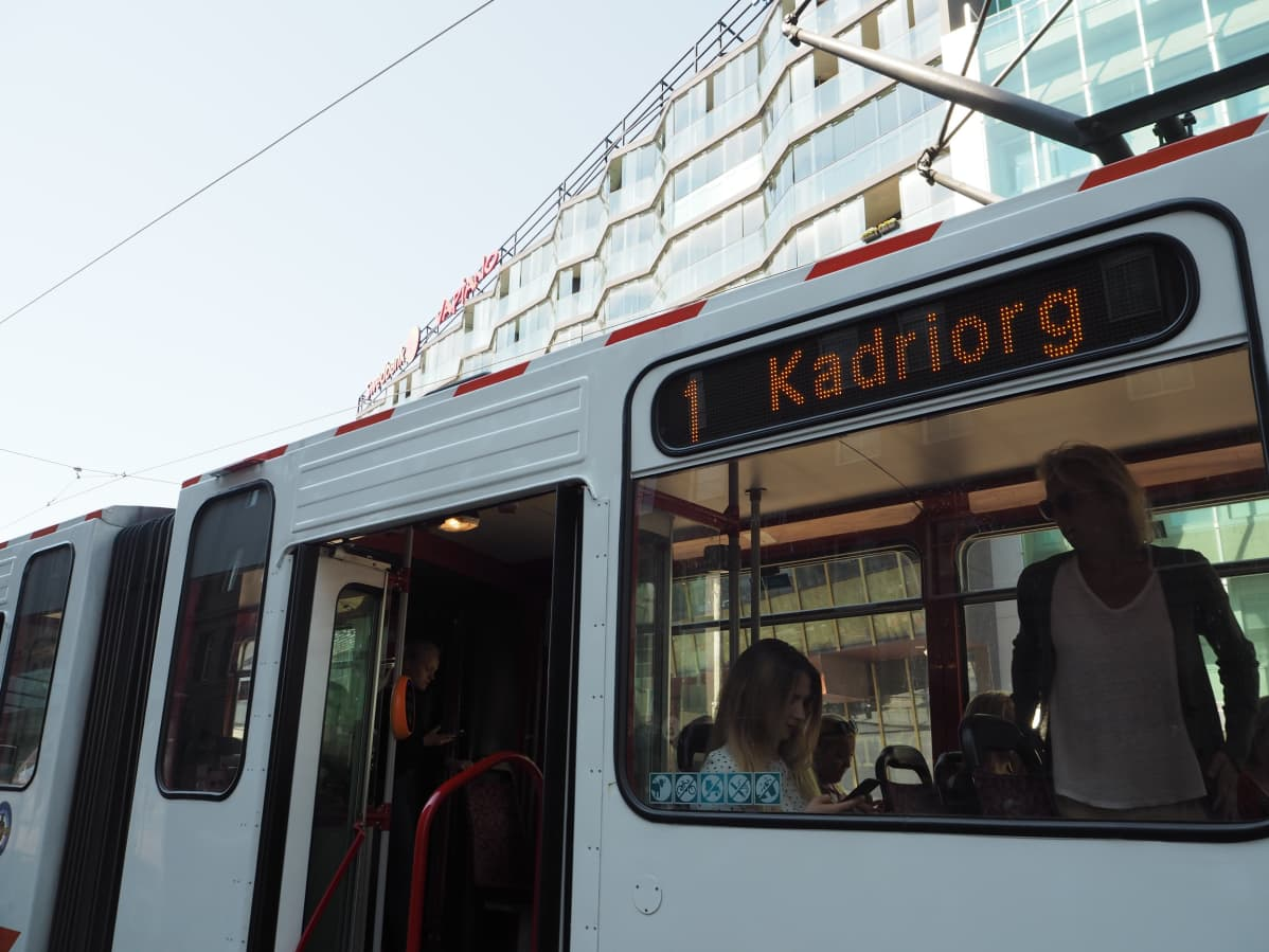 Tallinnan joukkoliikenne on ollut kaupungin  asukkaille maksutonta vuodesta 2013. Turistit joutuvat yhä ostamaan matkalipun.