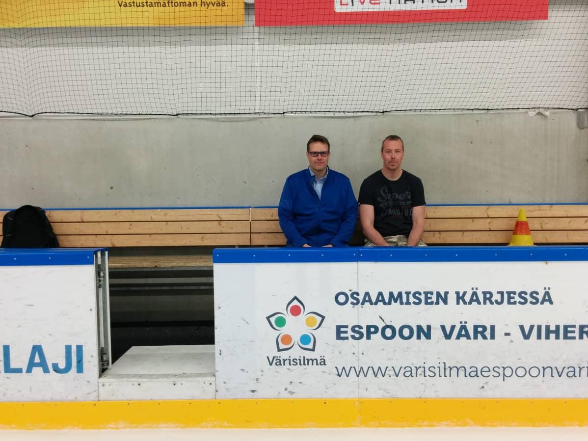 Juhani Pöntinen ja Janne Ahoniemi istuvat Leppävaaran jäähallissa vaihtoaitiossa normaalit kesävaatteet päällään.