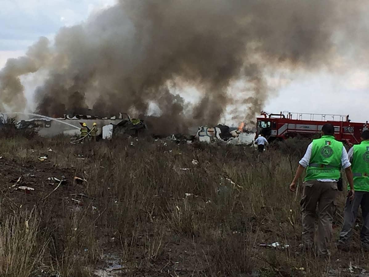 Lento-onnettomuus Meksikossa, paljon savua, pelastushenkilöstöä ja sammutustöitä.