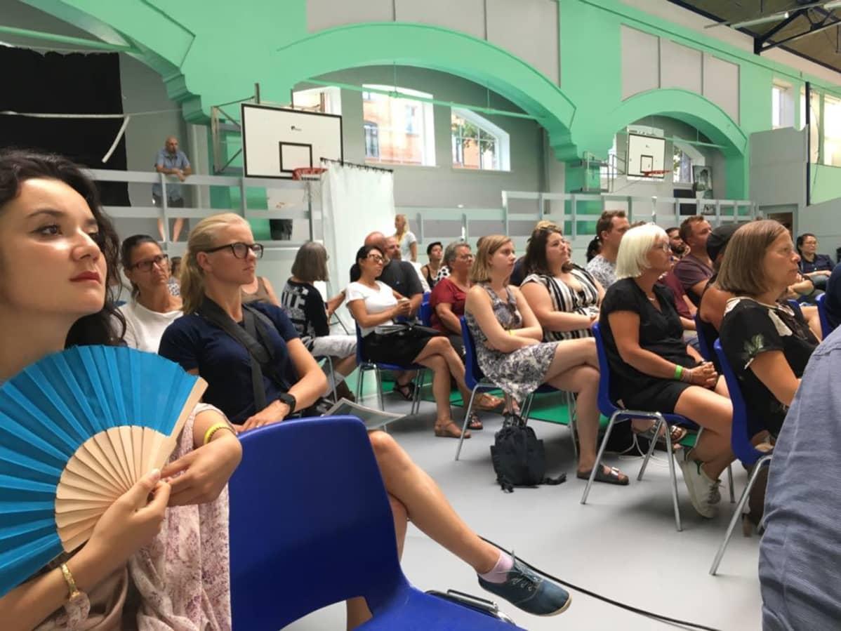 Yleisöä seuraamassa luentoa Pohjoismaisilla kuurojen kulttuuripäivillä.