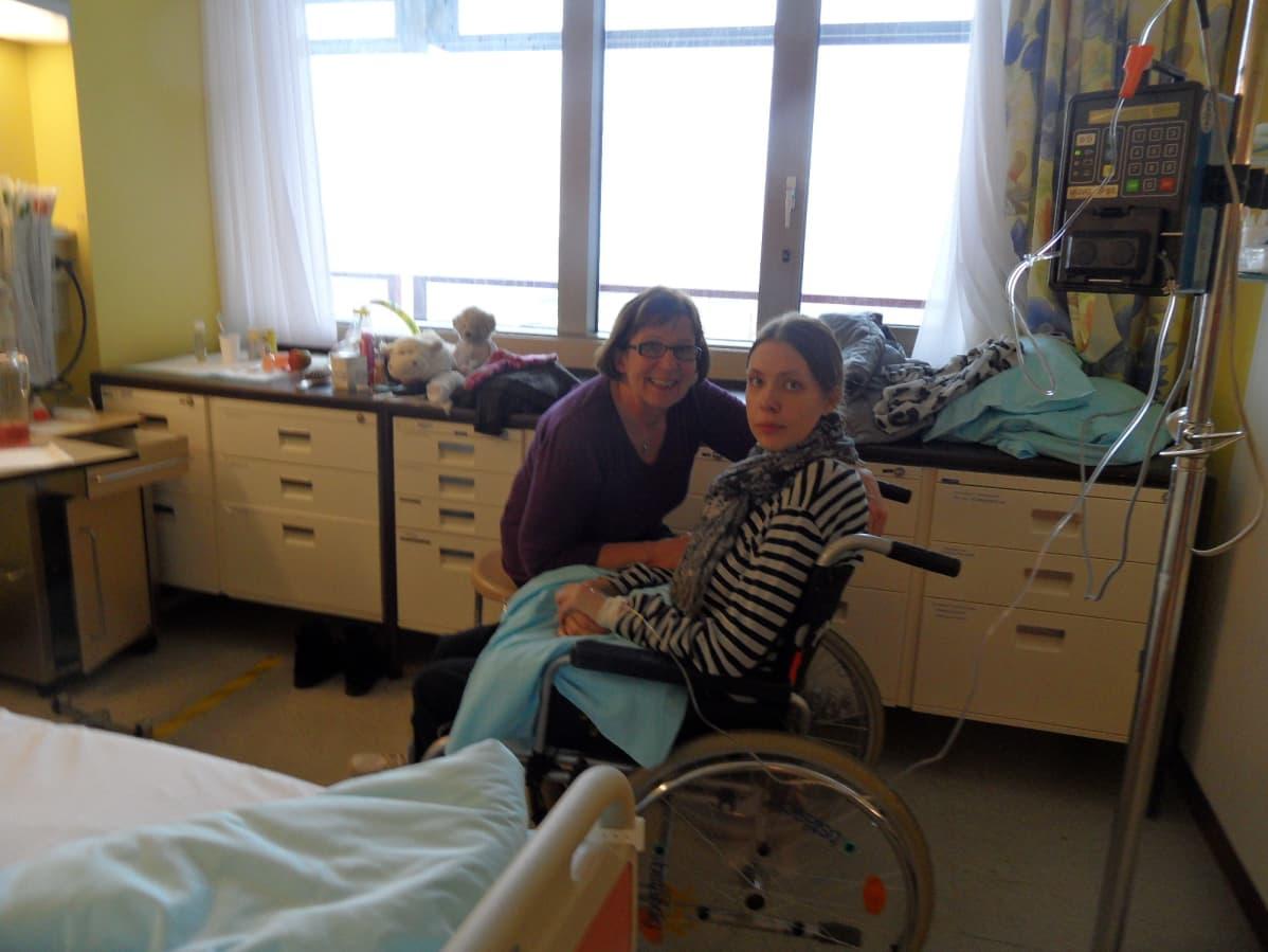 Kaisa Makkonen ja hänen äitinsä Marja Makkonen Wienin-sairaalassa