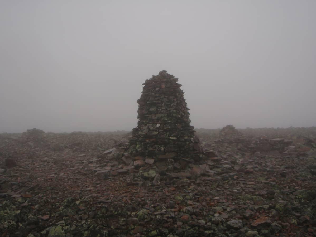Suuri kivipino usvan keskellä. Kivipino merkkaa Lapin ja Lannan rajaa Pallas-Yllästunturin kansallispuistossa.