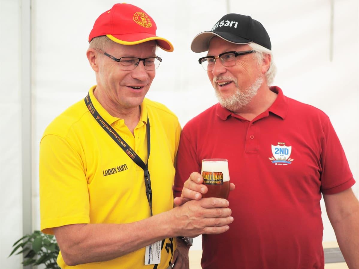 Lammin sahdin Pekka Kääriäinen nostaa lasillisen olutta kilpailun voiton kunniaksi yhdessä Suomalainen Olut ry:n puheenjohtaja Matti Heikkilän kanssa.