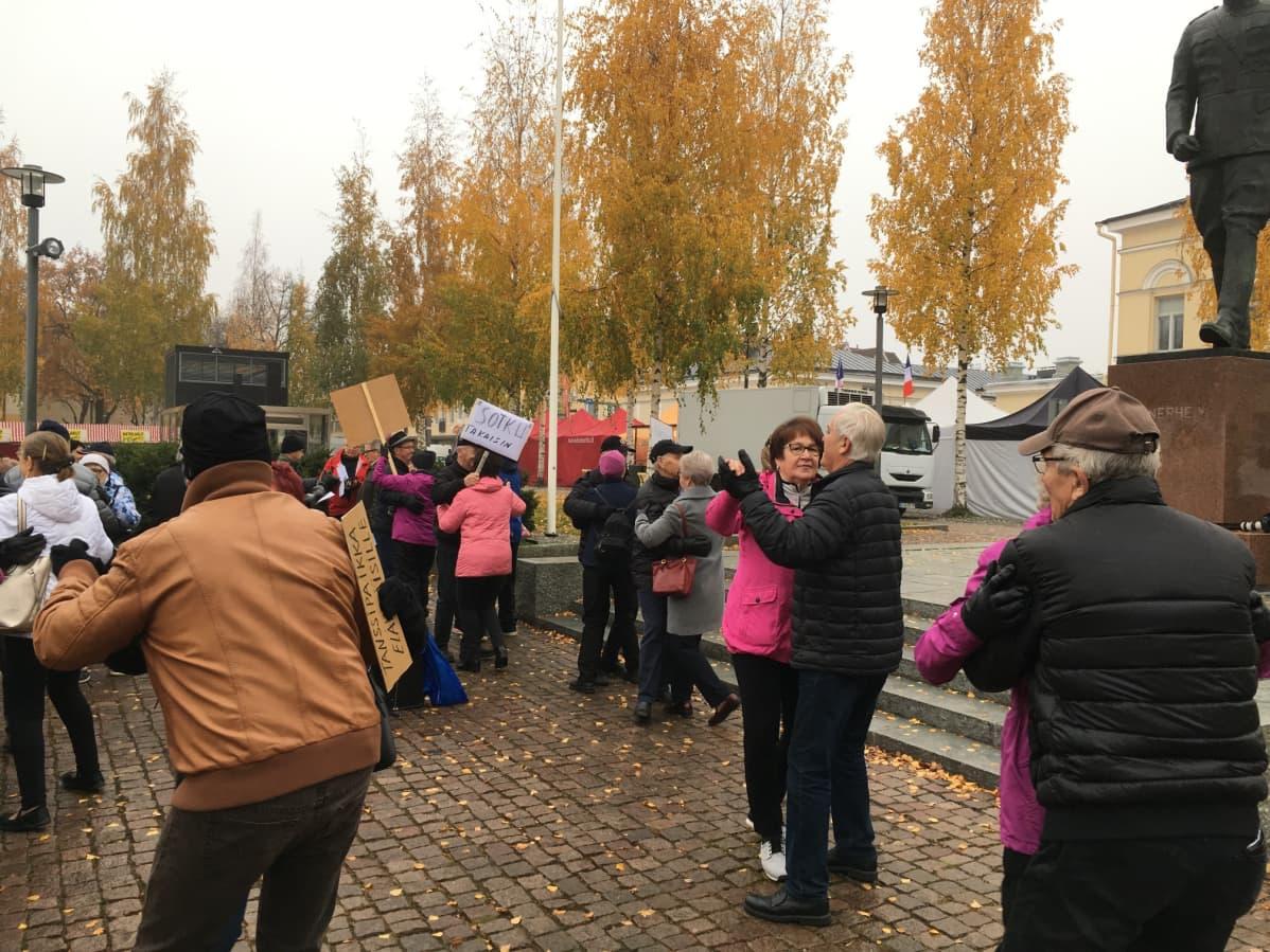 Eläkeläiset järjestivät Mikkelin torilla tanssimielenilmaisun päivätanssipaikan puolesta.