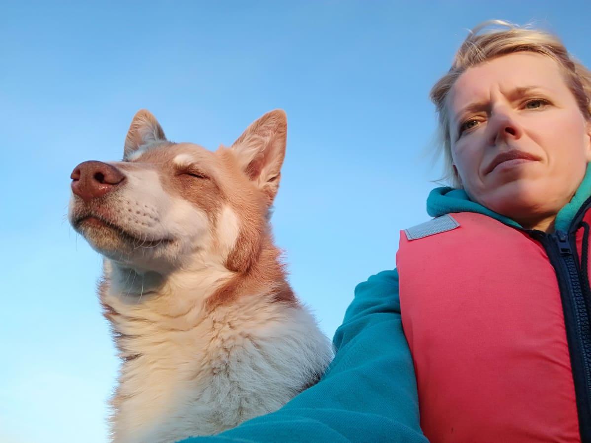 Riikka Juntunen koiransa Millin kanssa.