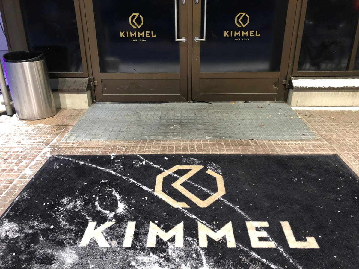 Yökerho Kimmelin ulko-oven edusta Joensuussa.