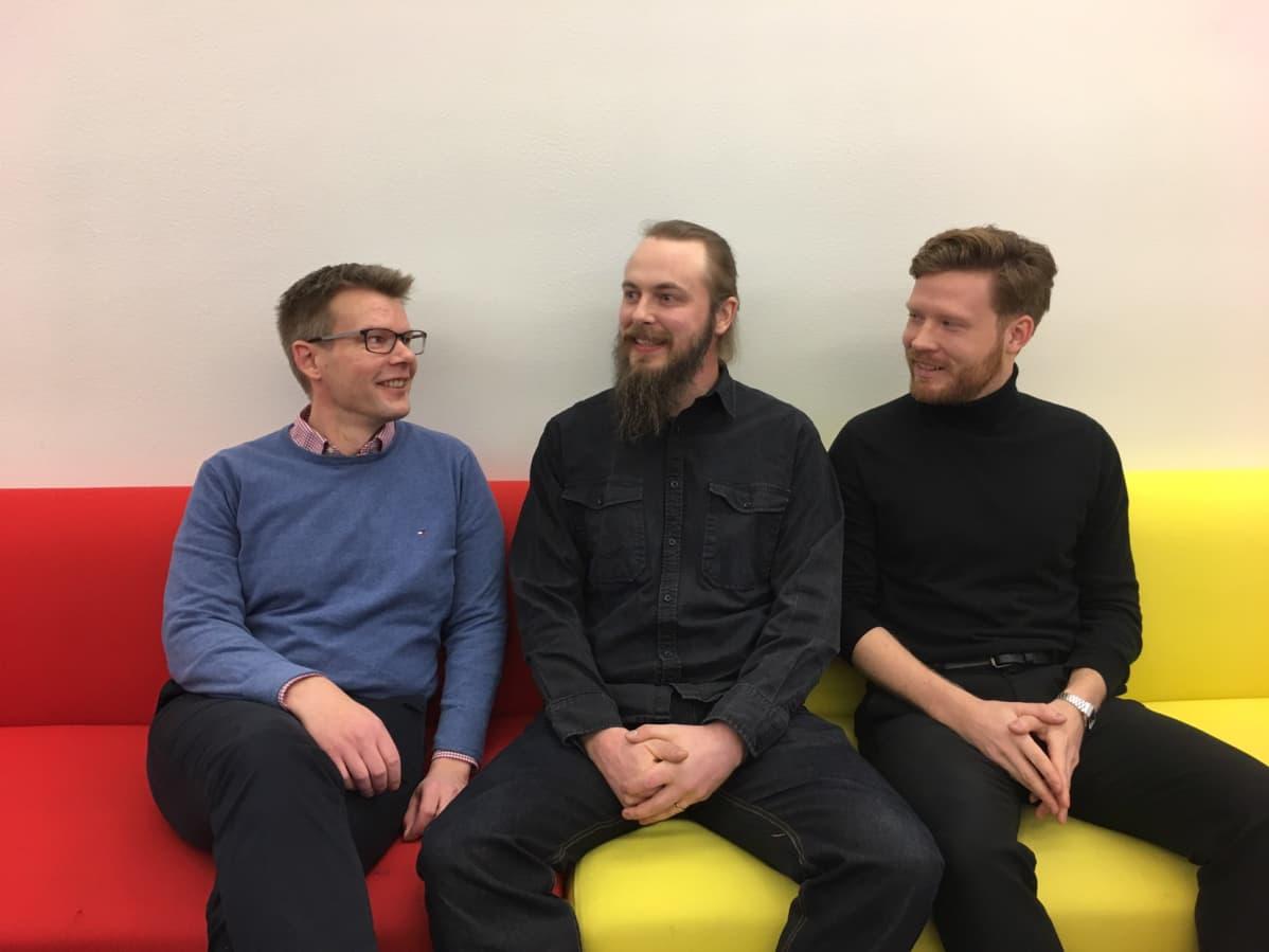 Vaasan yliopiston tutkimusryhmää vetää Niklas Lundström (keskellä) ja mukana ovat Olli-Pekka Viinamäki (vasemmalla) ja Tuomas Honkaniemi (oikealla).