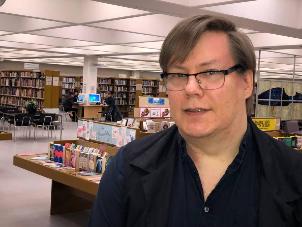Marko Niskapohja Kouvolan kirjastossa.