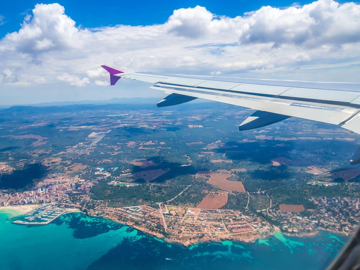 Lentokoneesta otettu kuva jossa lennetään Mallorcan yli.