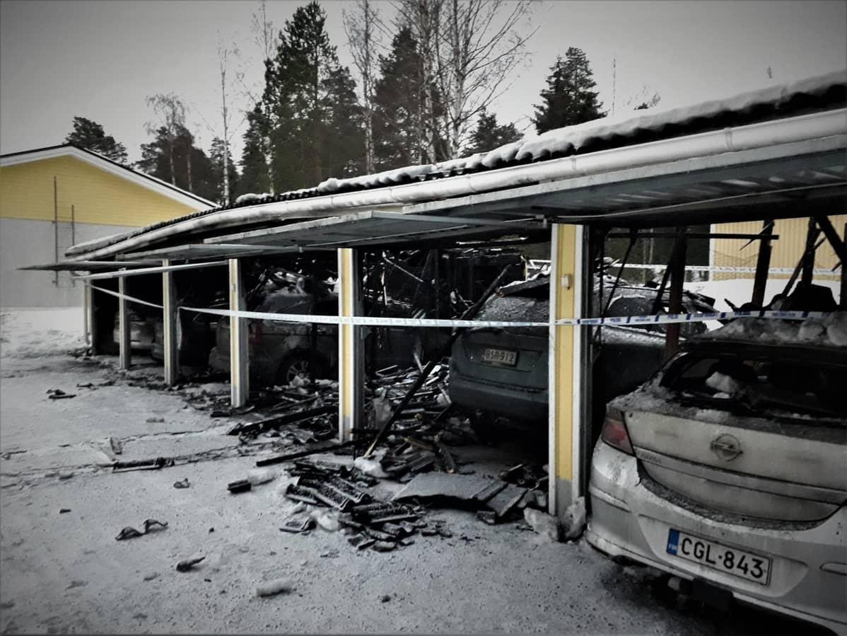 Kaikki tallissa olleet autot vaurioituivat.