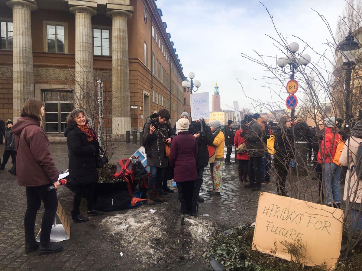 Greta Thunberg seisoo joka perjantai parlamenttitalon vieressä Tukholmassa.